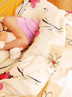 Девушка без трусов ласкает себя после пробуждения