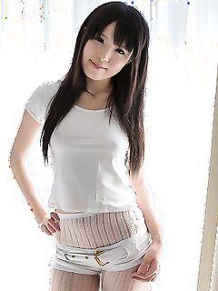 Соблазнительная японка в белых колготках