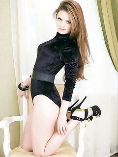 Откровенная фотосъемка молодой девушки без трусов