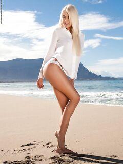 Развратное шоу на пляже голой блондинки с большим сиськами