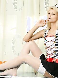Чувственная блондинка в белых чулках ласкает сочную киску