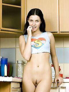 Полина удовлетворяет себя небольшим вибратором на кухне