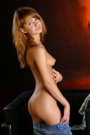 Стройная русская девушка не отказалась показать себя обнаженной