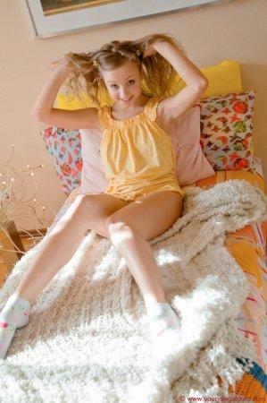 Утренняя эротика от голой и стройной блондинки