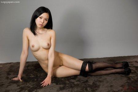 Голая азиатка в эротичных сетчатых чулках