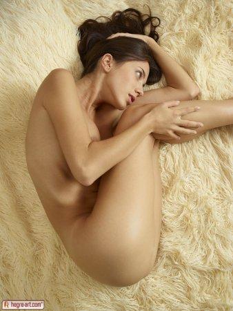 Нежная брюнетка Вита с округлой попой