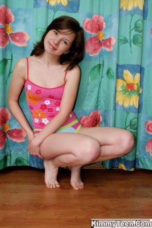 Красивая девочка решила показать свои эротические формы