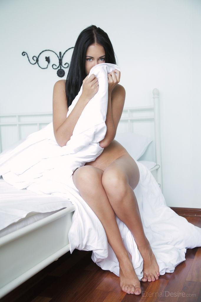 Голая брюнетка любит мастурбировать по утрам