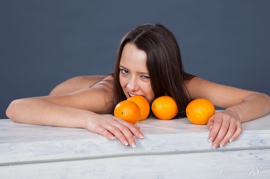 Секс с апельсинами привлекательной брюнетки