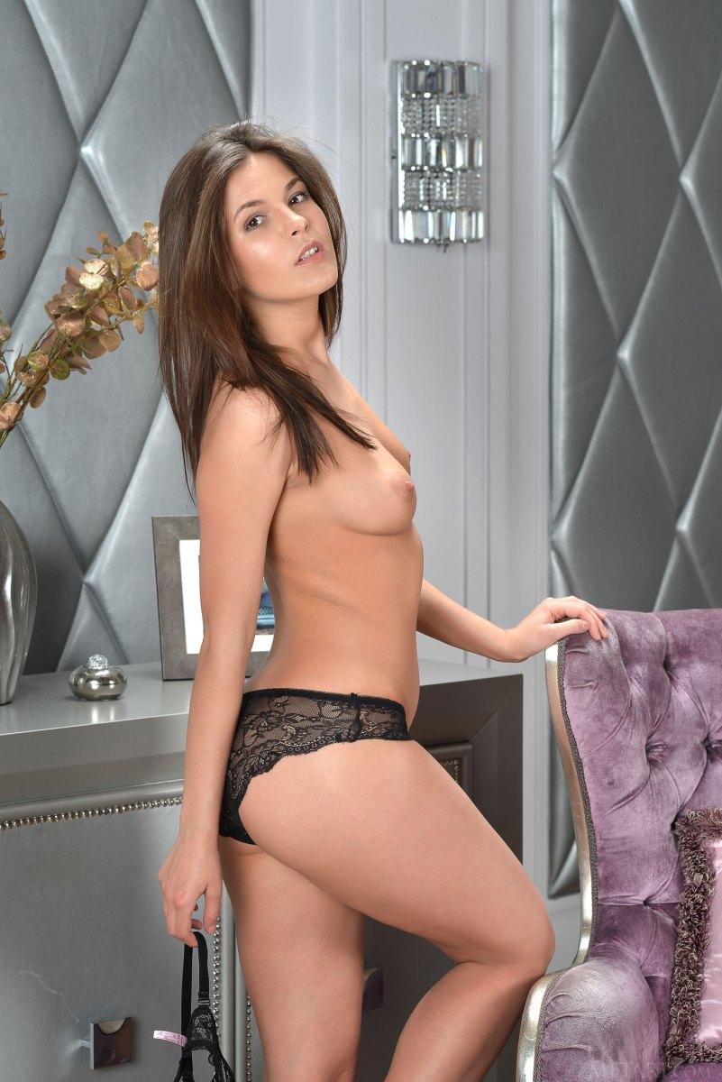 Строптивая сексуальная брюнетка любит показать свои дырочки