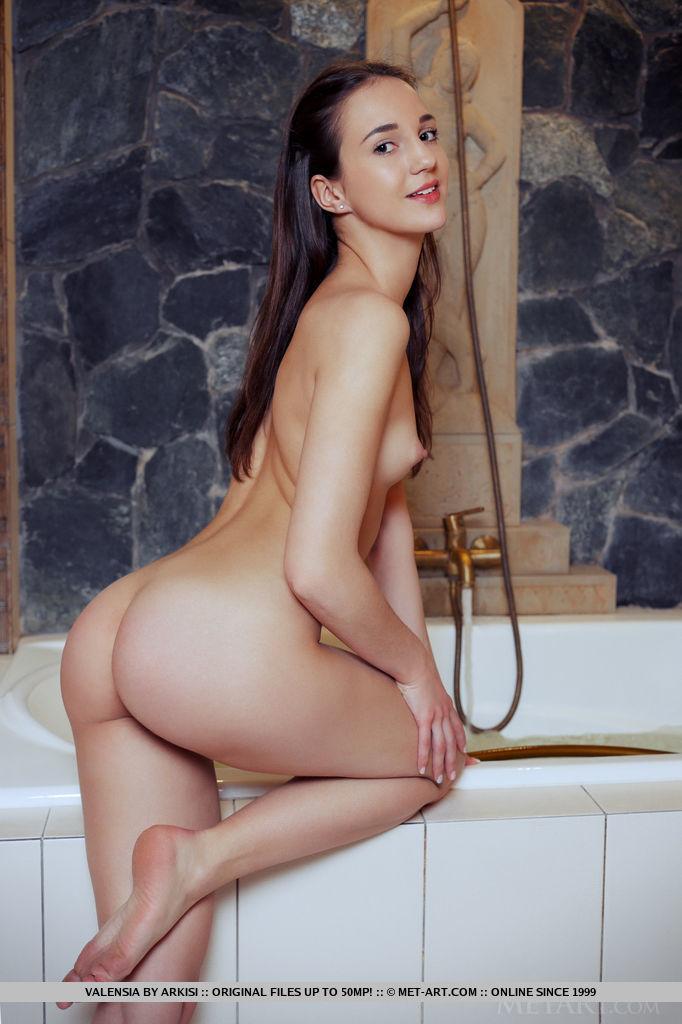 Голая брюнетка показала тугие дырочки в ванной