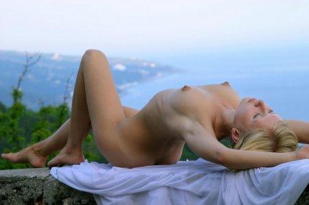 Голая блондинка с темными сосками устроила эротику на природе