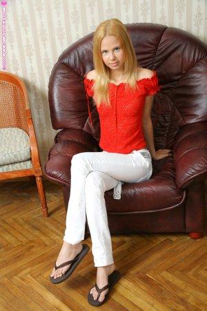 18 летняя блондинка шалит в кожаном кресле