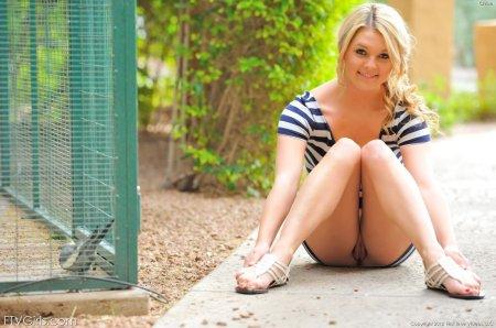 Обнаженная блондинка показывает писю в зоопарке