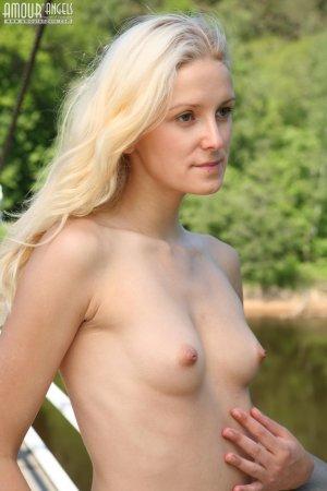 Обольстительная голая блондинка фотографируется на мосту