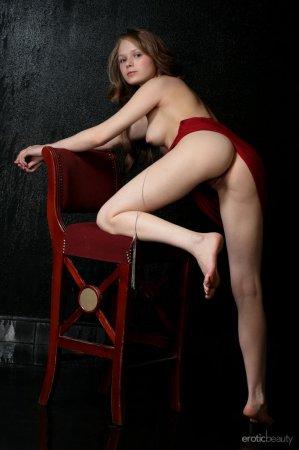 Высокая девушка с красивой грудью