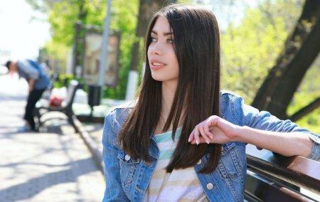 Очень красивая девочка с торчащими сосками занимается не только музыкой