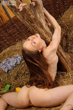 Великолепная гимнастка Наташа разделась на сене