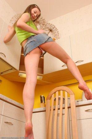 Таня раздевается на кухне