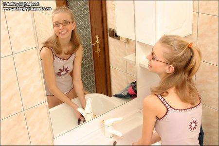 Молоденькая Мила стирает свои трусики