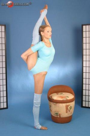 Соблазнительная гимнастка в серых гольфах