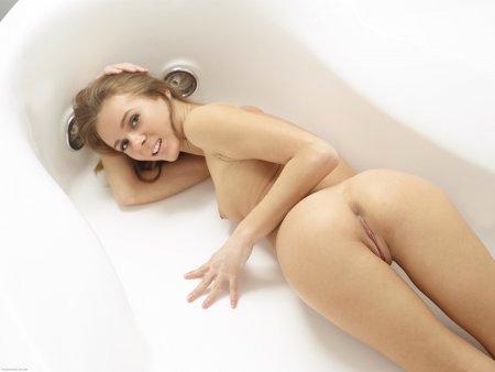 Милая голая блондинка показывает свое нежное тело