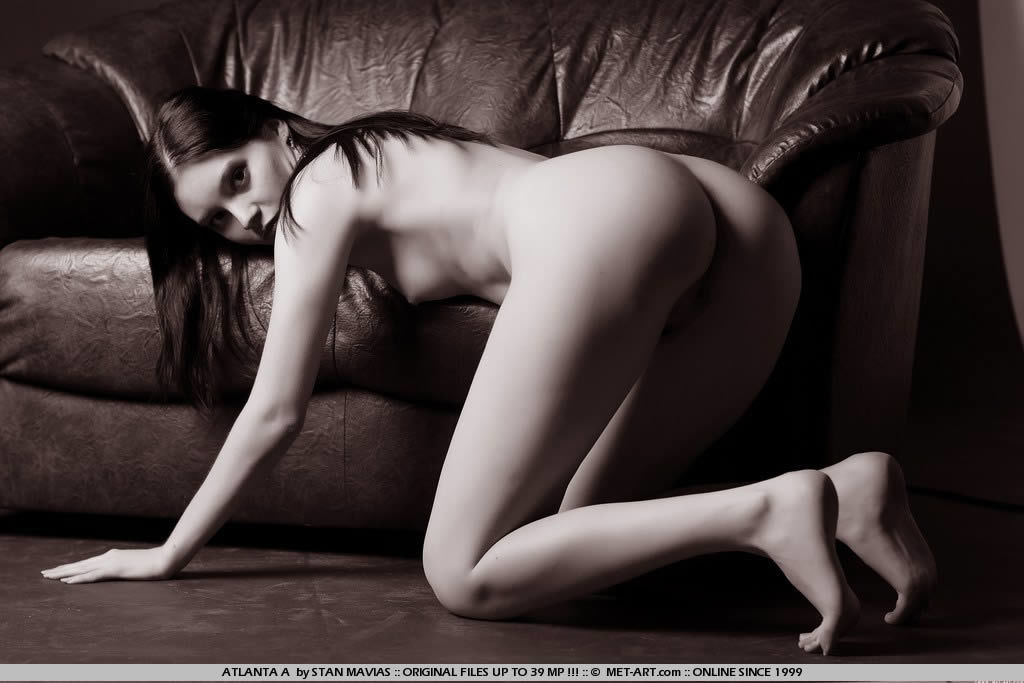 Эротическая черно-белая фотосессия молодой красотки