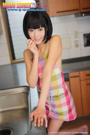 Голая японка с кукольной внешностью позирует голой на кухне