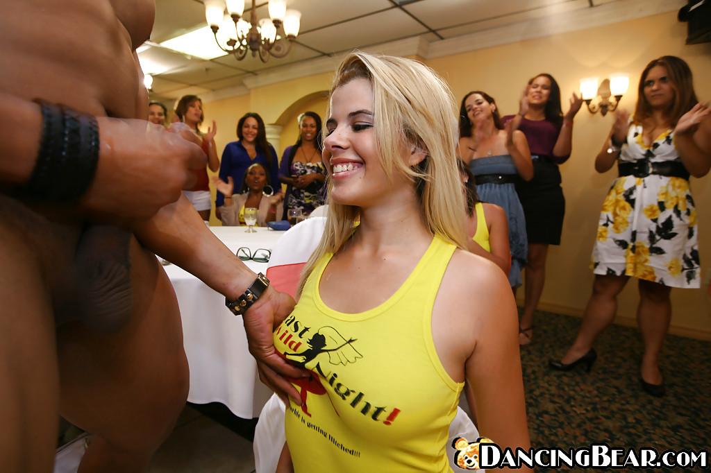 Белокурая телка в желтой майке сделала  стрпитзеру на вечеринке | порно фото бесплатно на gig-photo.ru