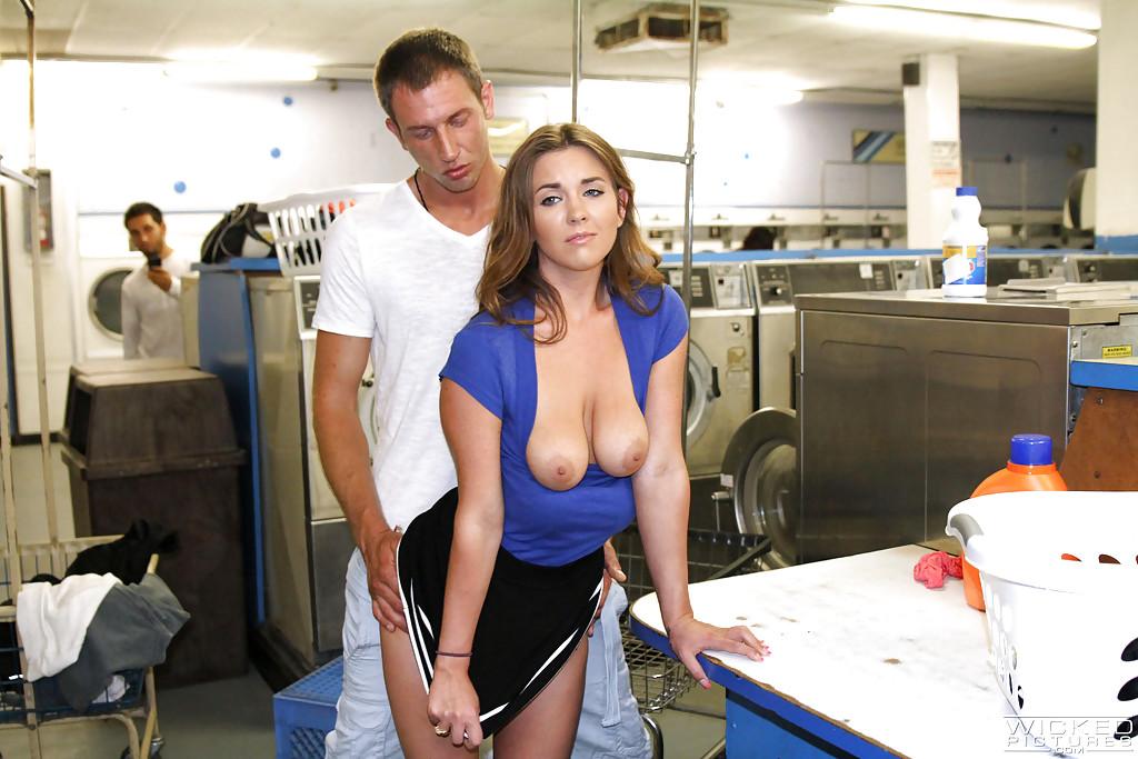 Задрал юбку и чпокнул девушку в прачечной | порно фото бесплатно на gig-photo.ru