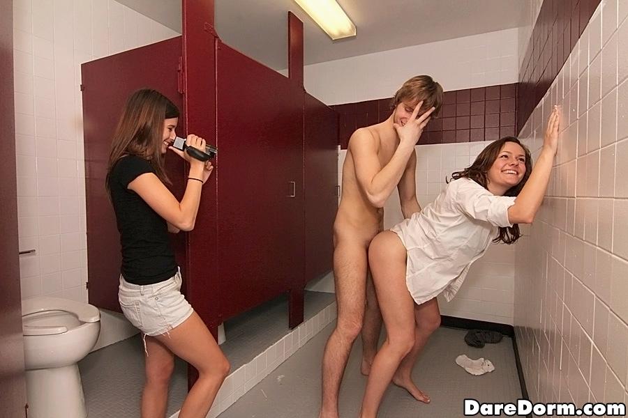 Студент в общественном туалете жарит девку на глазах у ее подруги | порно фото бесплатно на gig-photo.ru