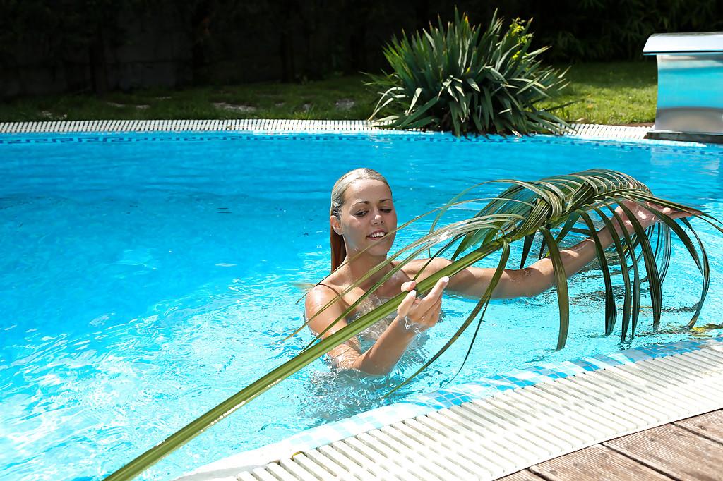 Стройная девушка в обнаженном виде поплавала в бассейне и подрочила киску | порно фото бесплатно на gig-photo.ru
