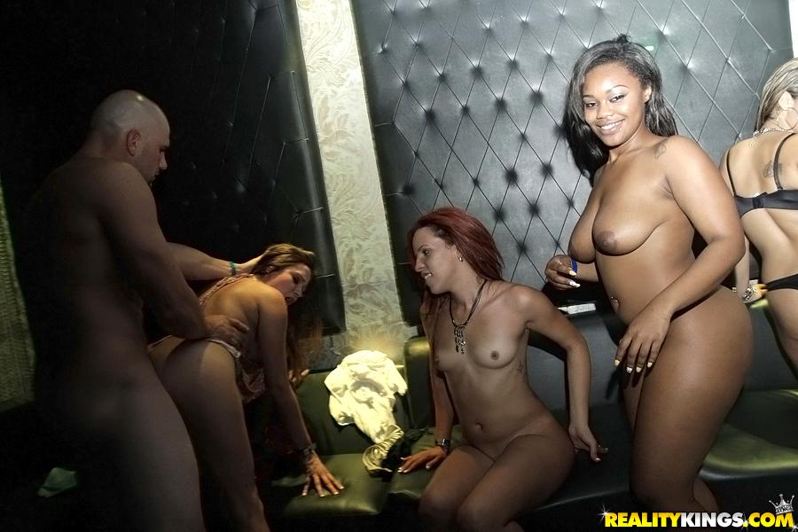 Раскованные девушки разделись и подставили пилотки | порно фото бесплатно на gig-photo.ru