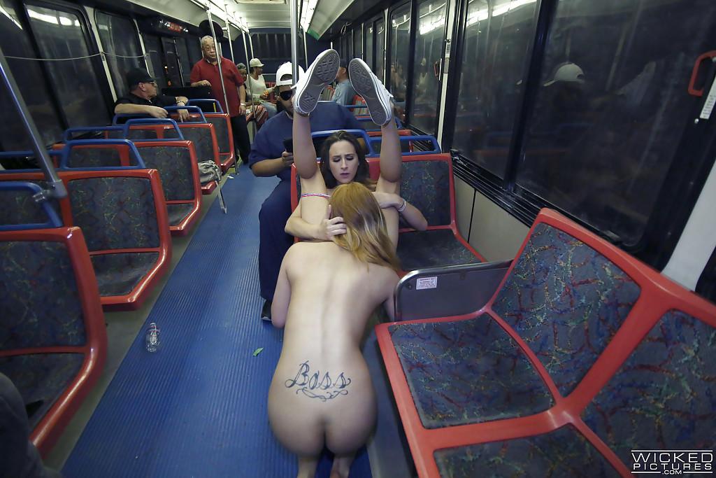 Лесби занялись оральным сексом в вагоне метро | порно фото бесплатно на gig-photo.ru