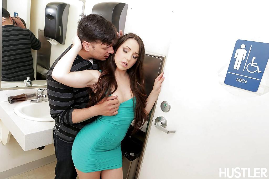 Латинку Lola Foxx отжарили в мужском туалете | порно фото бесплатно на gig-photo.ru