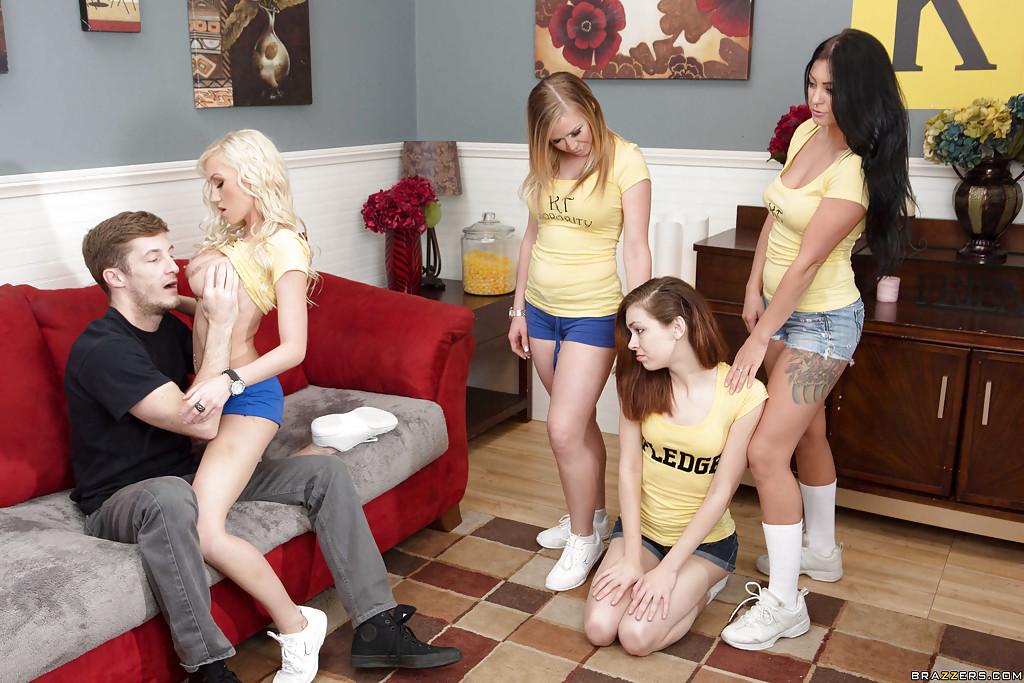Парень на глазах у подруг выебал белокурую бестию на диване | порно фото бесплатно на gig-photo.ru