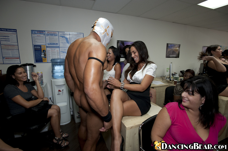 Стриптизер на девичнике трахнул в рот пару мамаш | порно фото бесплатно на gig-photo.ru