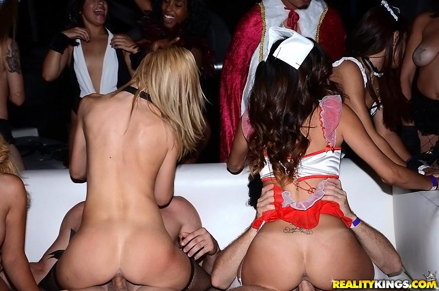 Тематическая вечеринка в ночном клубе закончилась оргией | порно фото бесплатно на gig-photo.ru