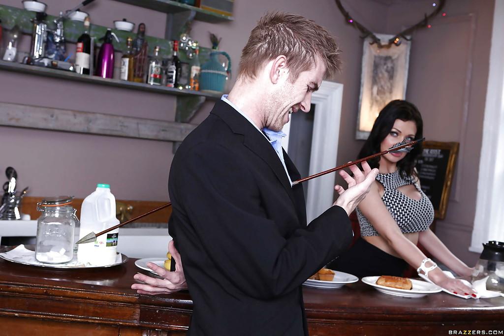 Грудастая барышня взяла за щеку у клиента | порно фото бесплатно на gig-photo.ru