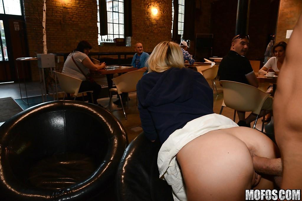 Влюбленная парочка трахнулась в ресторане | порно фото бесплатно на gig-photo.ru