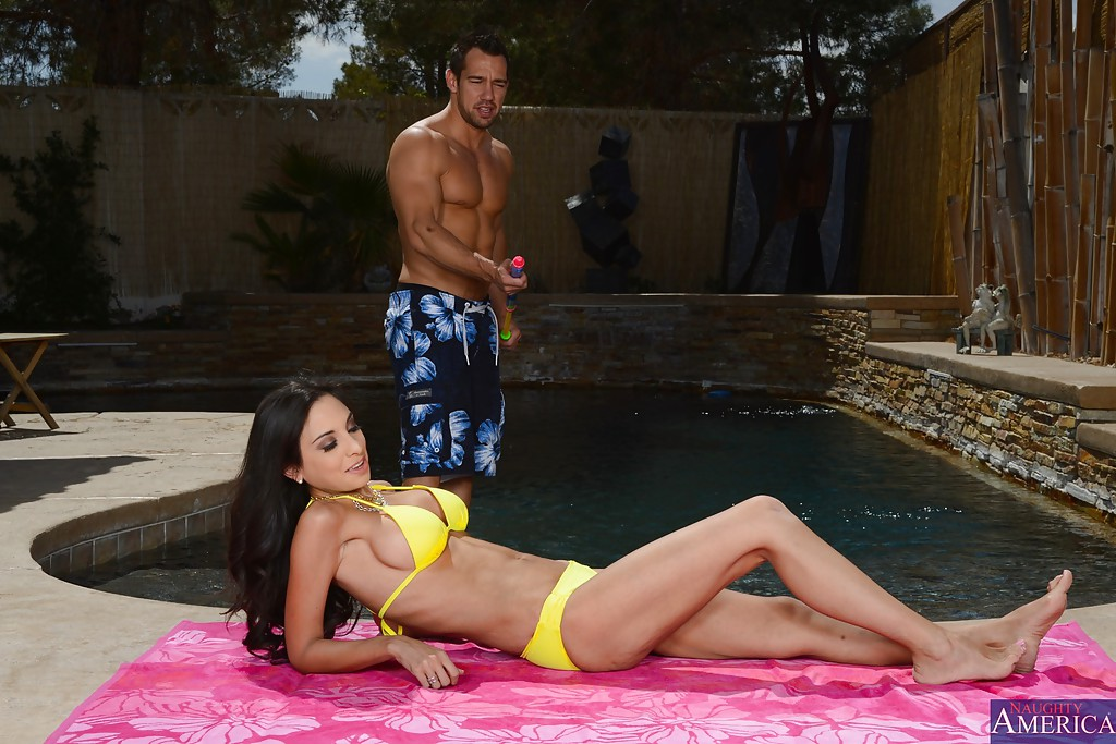 Худышку оттрахали на бордюрчике у бассейна | порно фото бесплатно на gig-photo.ru