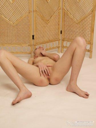 Красивая блондинка эротично показывает свою кису