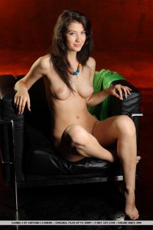 Наташа позирует голой на кресле