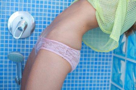 Голая брюнетка с большими грудями шалит в душе