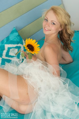 Красивая девушка блондинка устроила милую эротическую фото съемку
