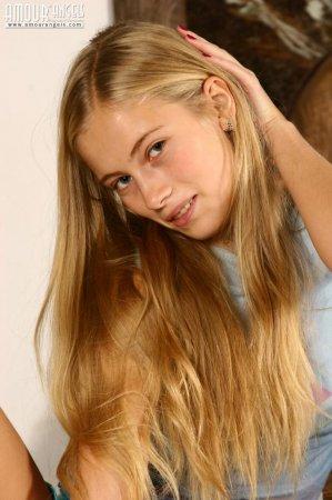 Красивая блонда снимает трусики и показывает кису
