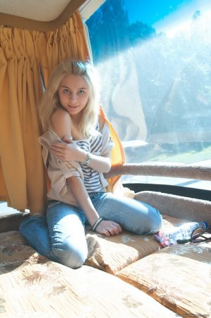 Голая блондинка показала свою гладкую киску