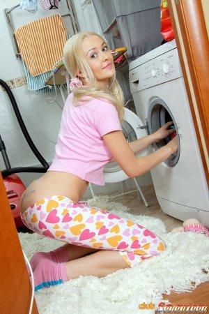 Гламурная блонди мастурбирует на полу в ванной