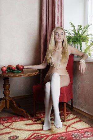 Нежная девушка блондинка устроила эротику голышом с яблоками
