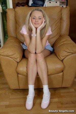 Красивая блондинка с большими сиськами умеет играть с игрушками по взрослому